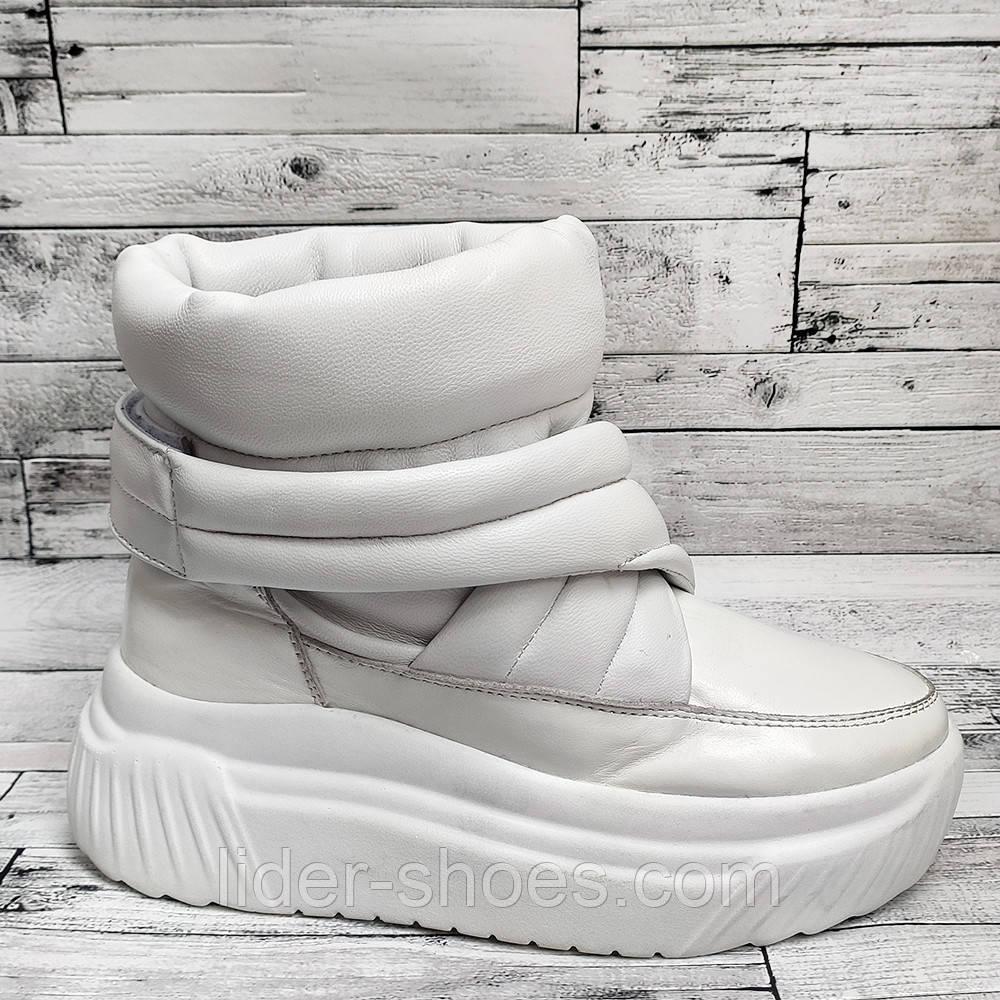 Зимние женские ботинки на липучке белого цвета