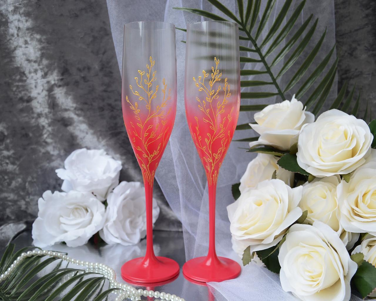 Свадебные бокалы малинового цвета с золотой росписью