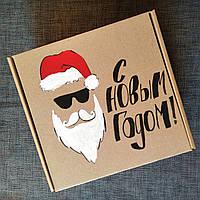 Новогодняя подарочная картонная коробка Модный Дед мороз 20*21*12.5 с ручной росписью и бумажным наполнителем.