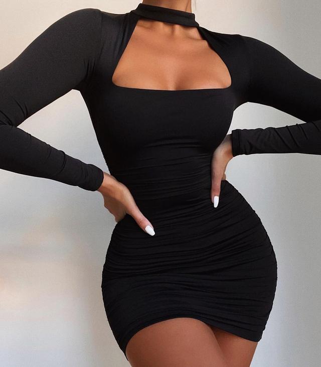 Женское мини-платье с квадратным декольте и чокером