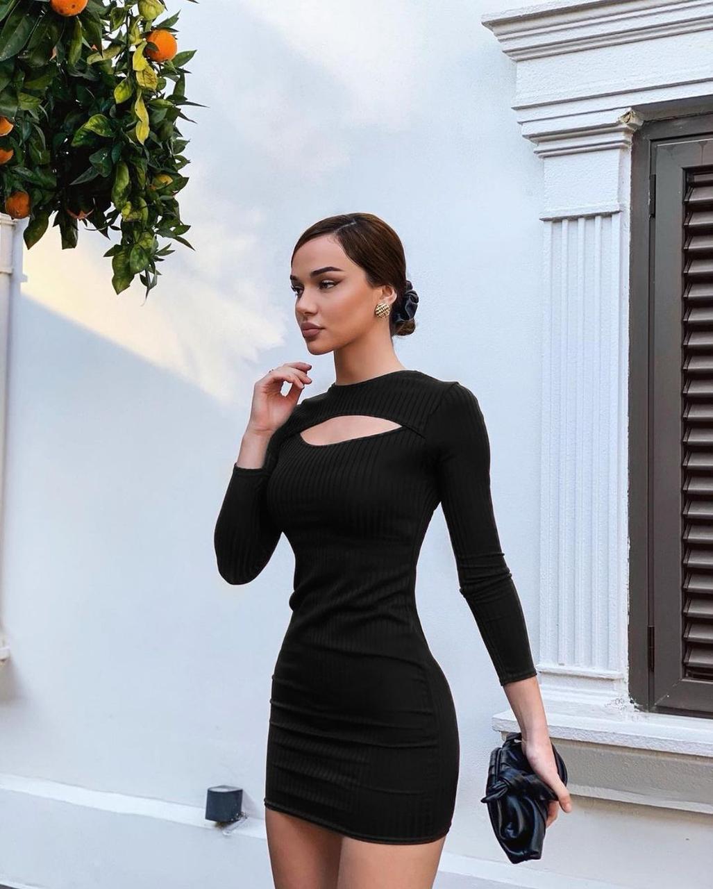 Женское платье под горло с вырезом на груди в рубчик