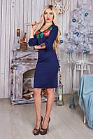 Праздничное женское платье декорировано вышитыми цветами на груди в синем цвете