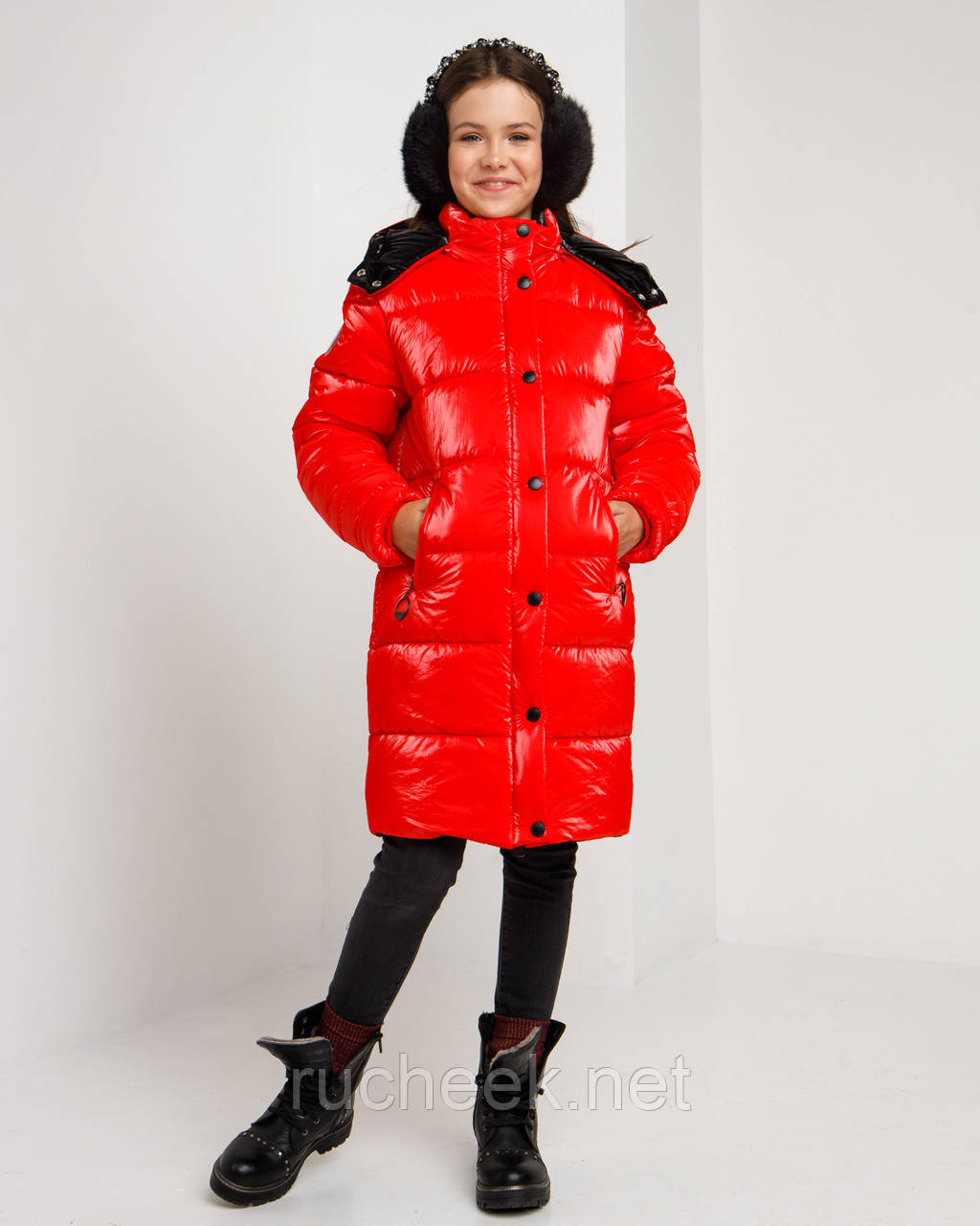 Блестящая красная зимняя куртка для  девочки рост 146 -152. Лаковый красный пуховик детский