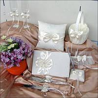 Набор  свадебных аксессуаров (книга пожеланий, подушечка для колец, подвязка, корзинка для лепестков, ручка)