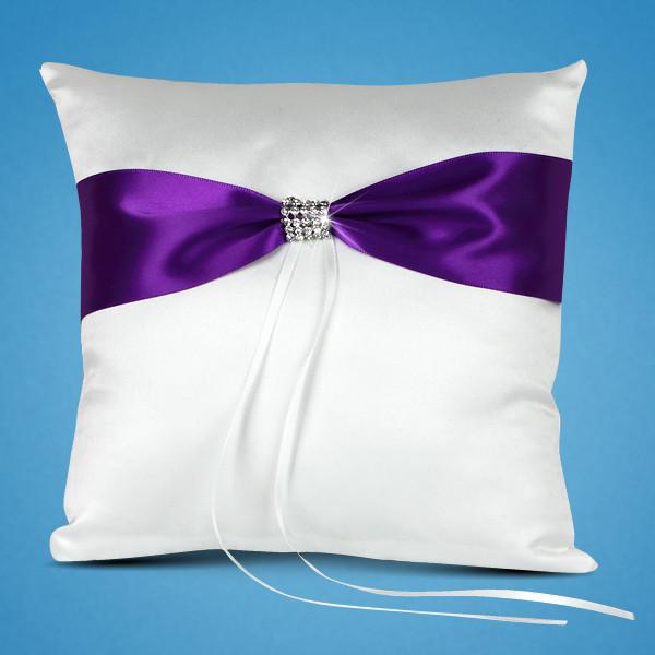 Подушечка свадебных колец с фиолетовой лентой