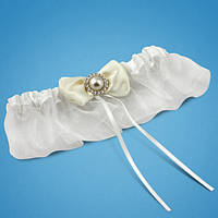 Подвязка на ногу невесты белая с  бантиком и бусинкой