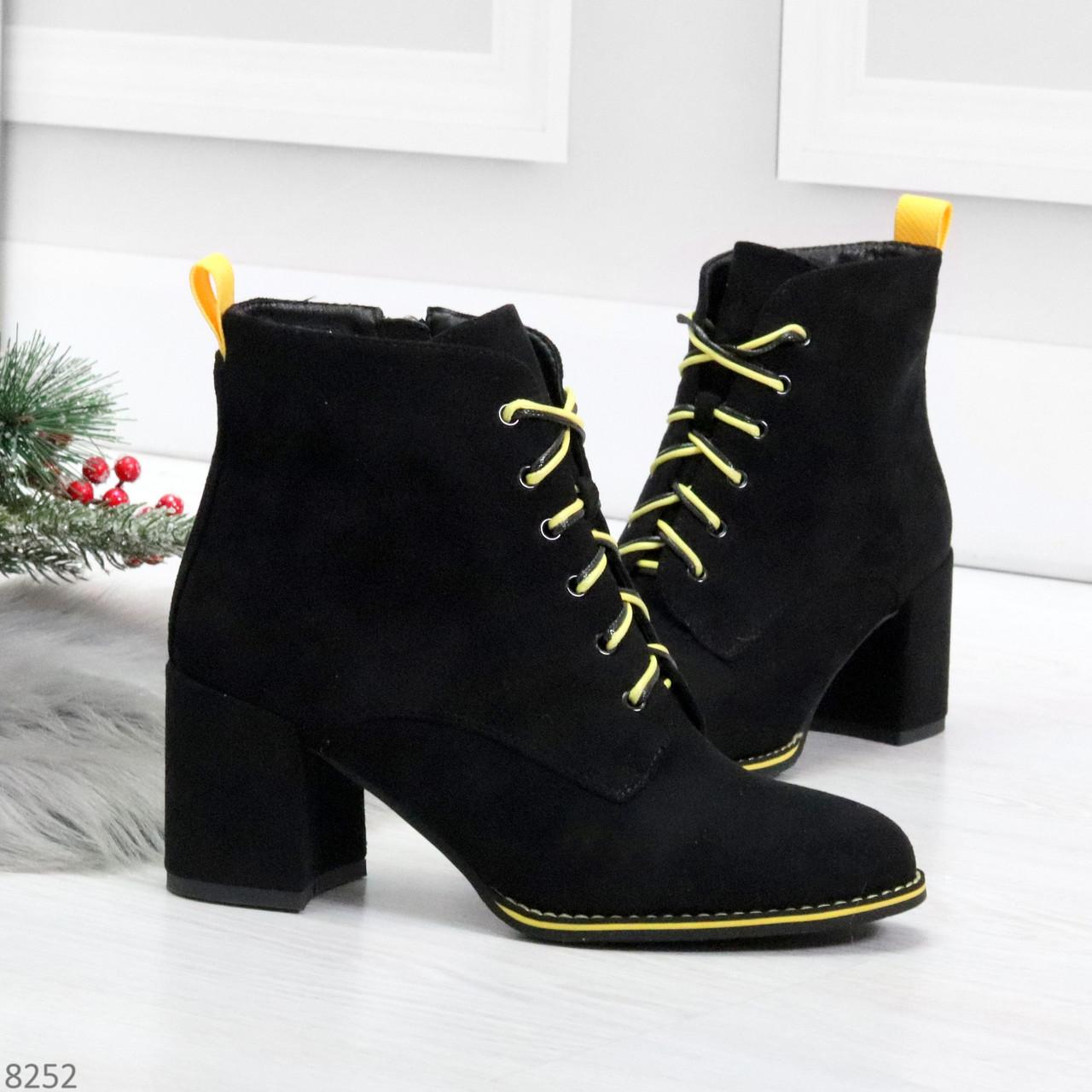 Эффектные черные женские замшевые ботинки ботильоны на желтой шнуровке