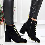 Эффектные черные женские замшевые ботинки ботильоны на желтой шнуровке, фото 2