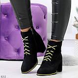 Эффектные черные женские замшевые ботинки ботильоны на желтой шнуровке, фото 3