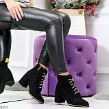 Эффектные черные женские замшевые ботинки ботильоны на желтой шнуровке, фото 4