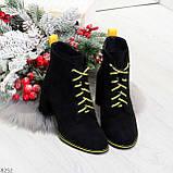 Эффектные черные женские замшевые ботинки ботильоны на желтой шнуровке, фото 5