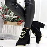 Эффектные черные женские замшевые ботинки ботильоны на желтой шнуровке, фото 6
