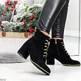 Эффектные черные женские замшевые ботинки ботильоны на желтой шнуровке, фото 7