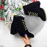 Эффектные черные женские замшевые ботинки ботильоны на желтой шнуровке, фото 8