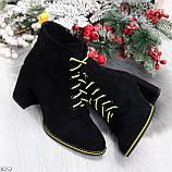 Эффектные черные женские замшевые ботинки ботильоны на желтой шнуровке, фото 9