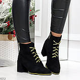 Эффектные черные женские замшевые ботинки ботильоны на желтой шнуровке, фото 10