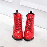 Яркие красные глянцевые женские замшевые ботинки ботильоны на шнуровке, фото 2