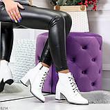 Белые глянцевые женские замшевые ботинки ботильоны на шнуровке, фото 8