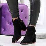 Актуальные замшевые черные женские ботинки ботильоны на удобном каблуке, фото 3