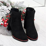 Актуальные замшевые черные женские ботинки ботильоны на удобном каблуке, фото 5