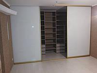 Большая гардеробная комната с раздвижными дверями