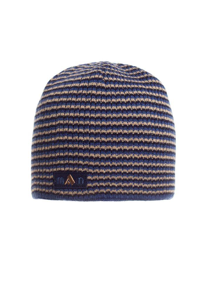 Стильная и практичная вязаная мужская шапка  красивой вязки.