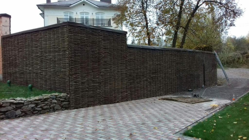 Декоративный забор - украшение въезда к дому