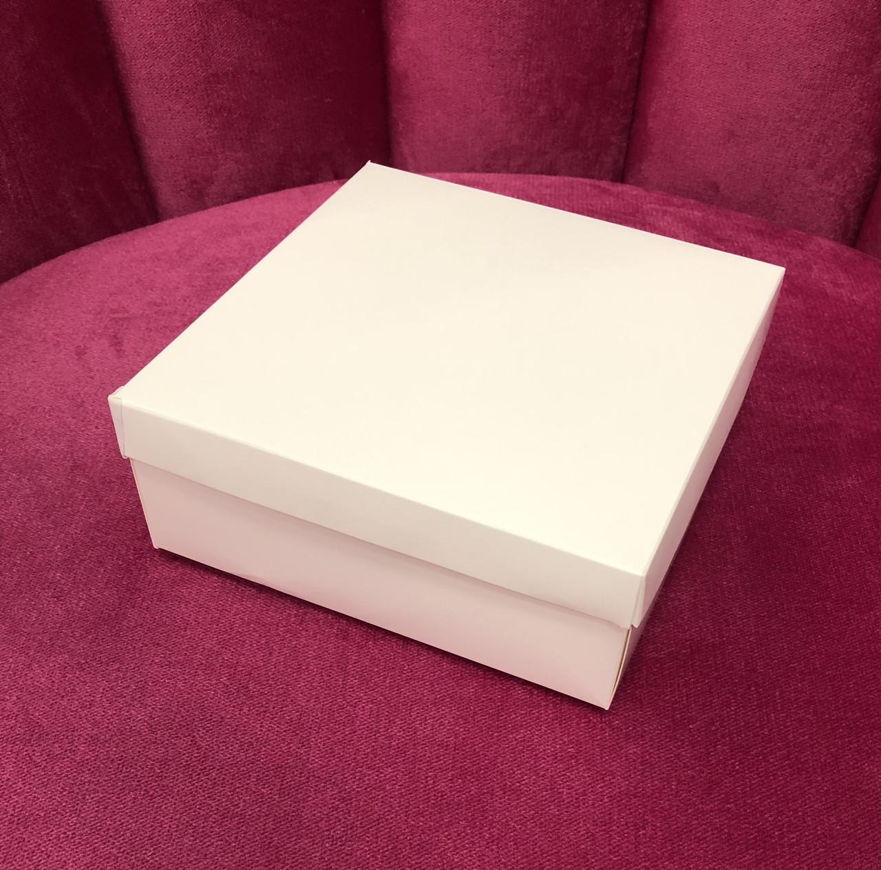 Коробка белая однотонная 160х160х60 маленькая