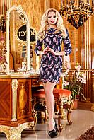 Платье прямого силуэта с модным принтом