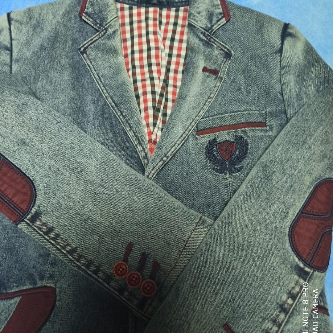 Джинсовый модный красивый нарядный пиджак с бордовой отделкой для мальчика.