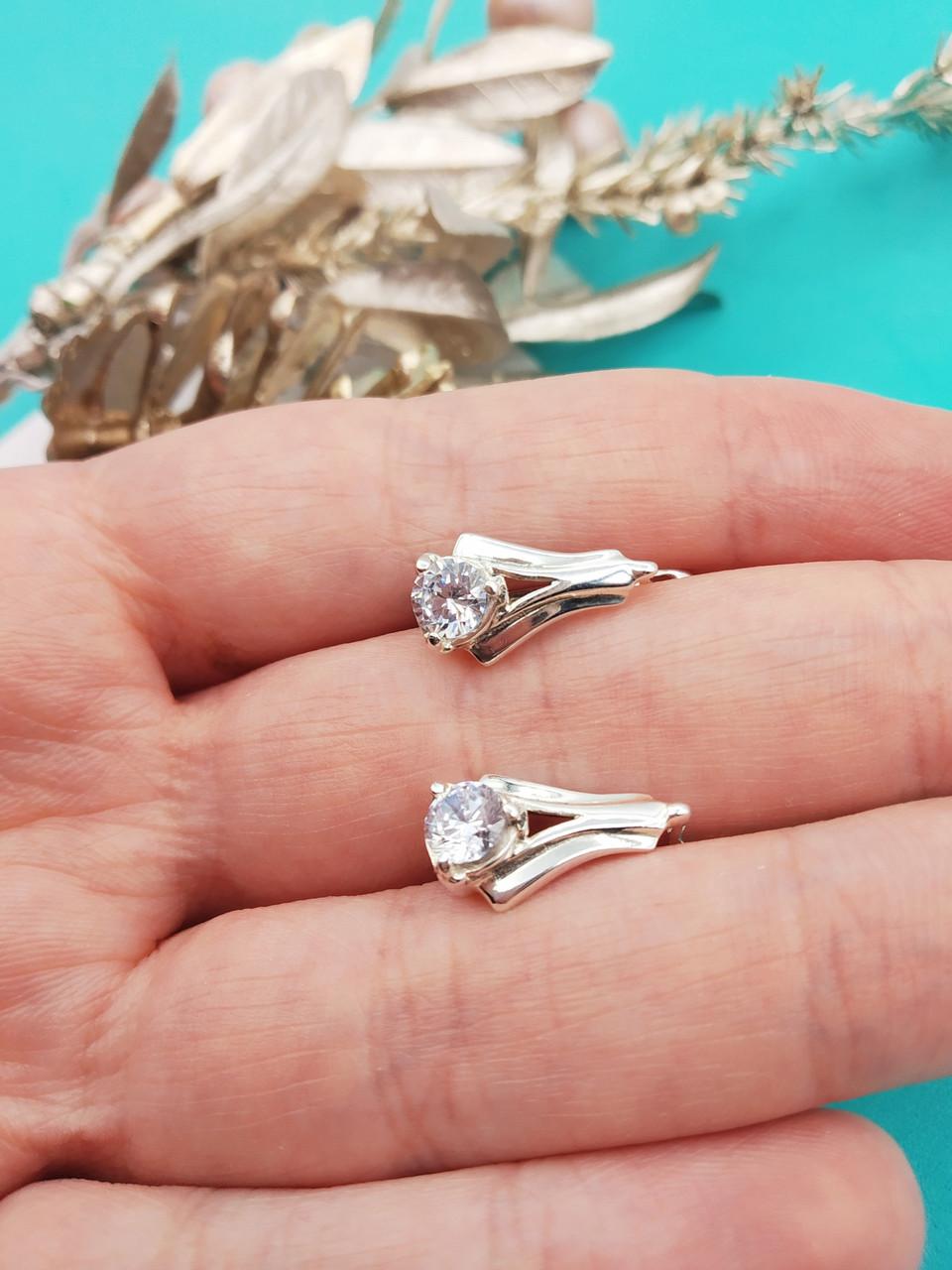 Серебряные серьги с прозрачным камнем