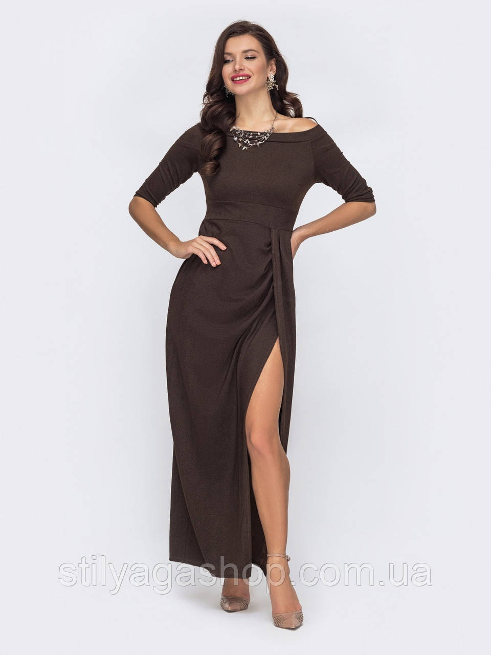 Длинное платье с открытыми плечами и  разрезом сбоку