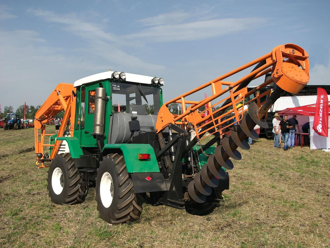 Трактор ХТА-200-10 з бурильно-крановим обладнанням