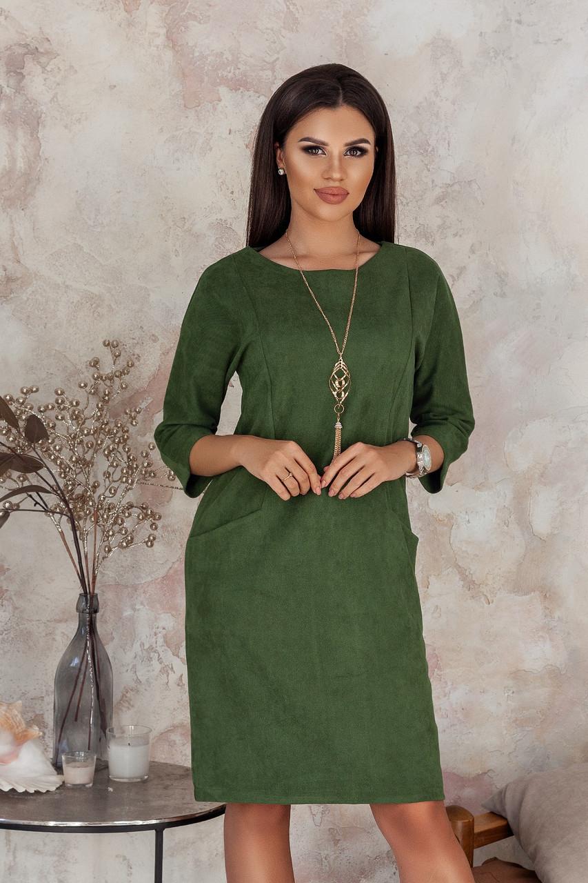 Деловое элегантное замшевое приталенное платье с карманами и украшением подвеской в комплекте