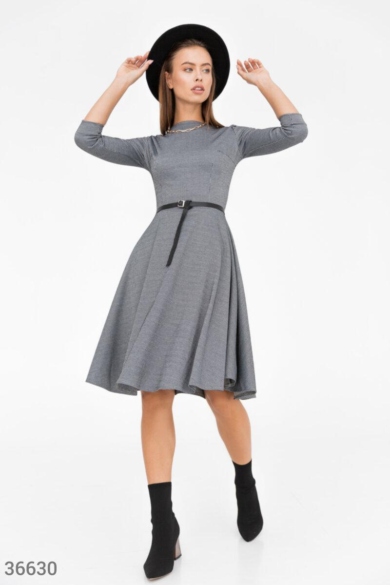 Деловое приталенное платье в гусиную лапку серое