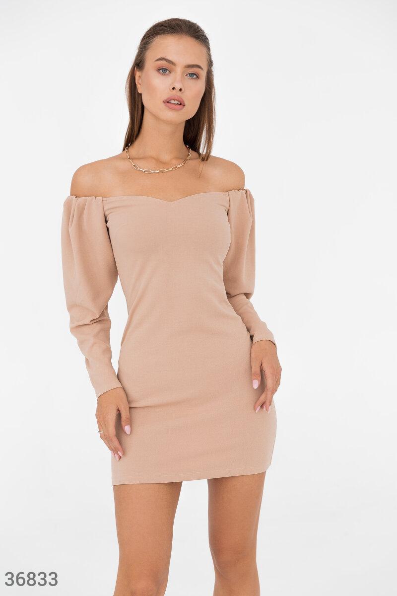 Короткое платье мини с открытыми плечами бежевое
