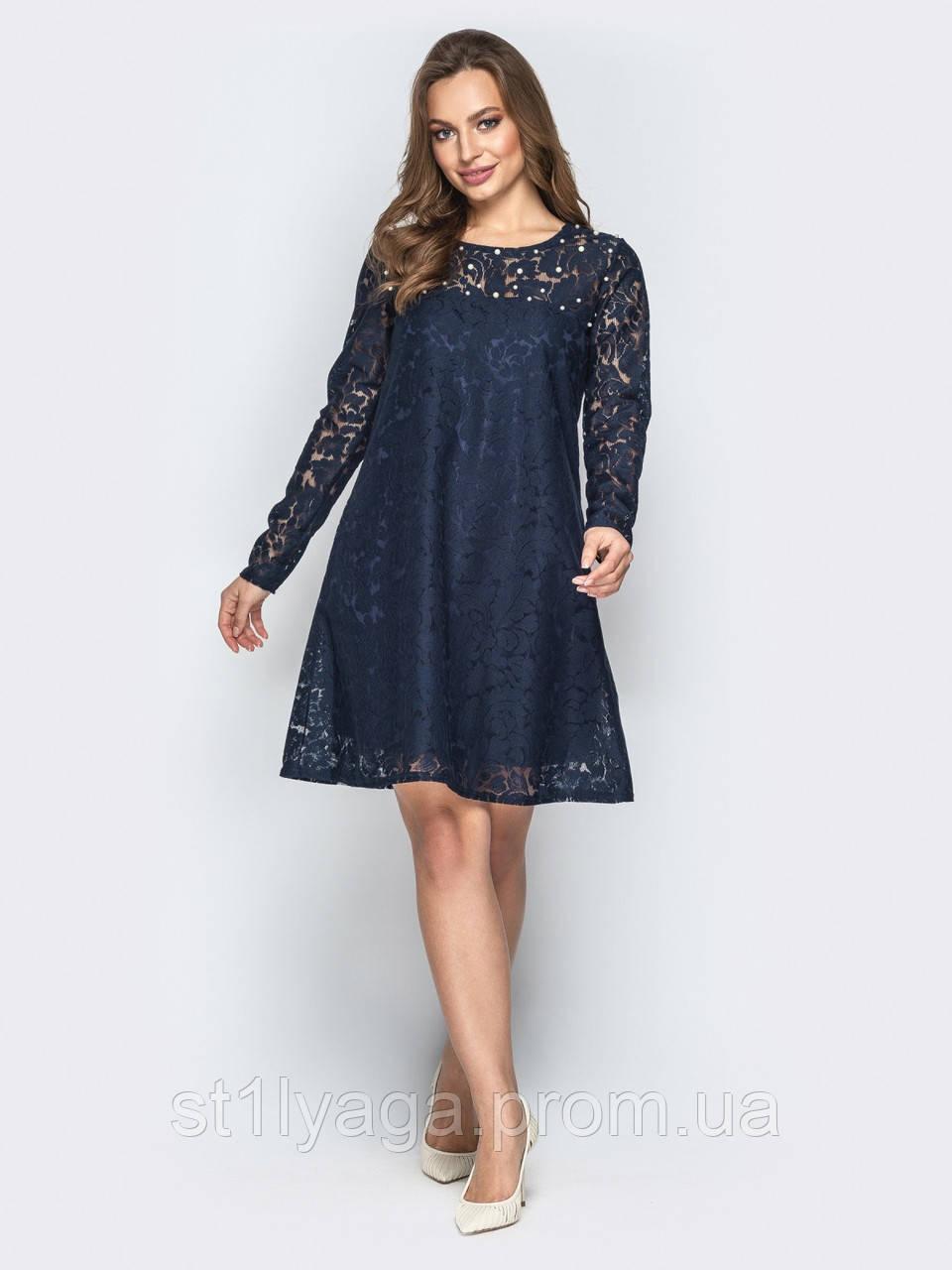 Сукня-трапеція з гіпюру з намистинами на поличці синє