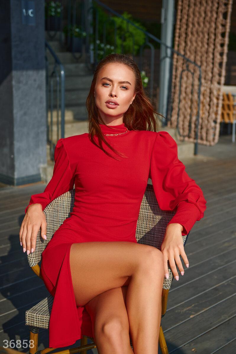 Облегающее платье с высоким боковым разрезом красное