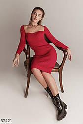 Облегающее платье из трикотажа с фигурным вырезом красное