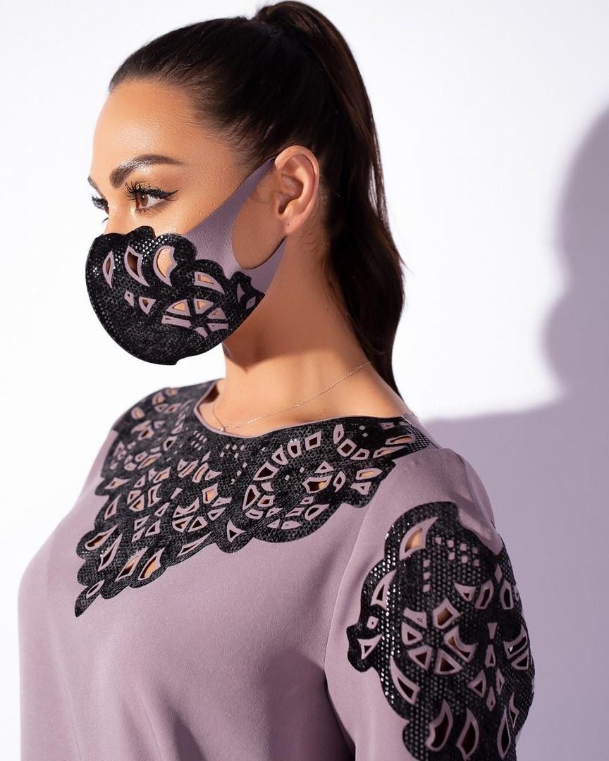 Жіноча маска з оксамитової перфорацією