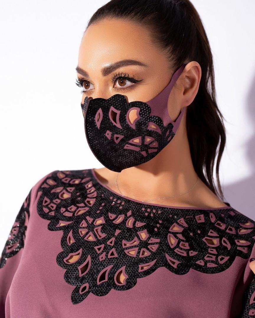 Женская маска с бархатной перфорацией