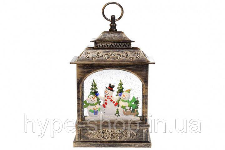 Декоративный фонарь с декором Снеговики и елка внутри, с LED подсветкой (теплый свет) на батарейках (3хААА)