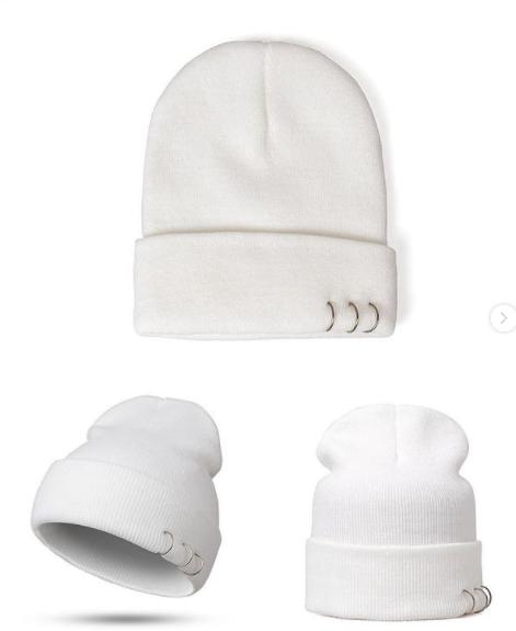Белая шапка с кольцами