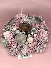 Новогодний венок с подсвечником в розовом цвете