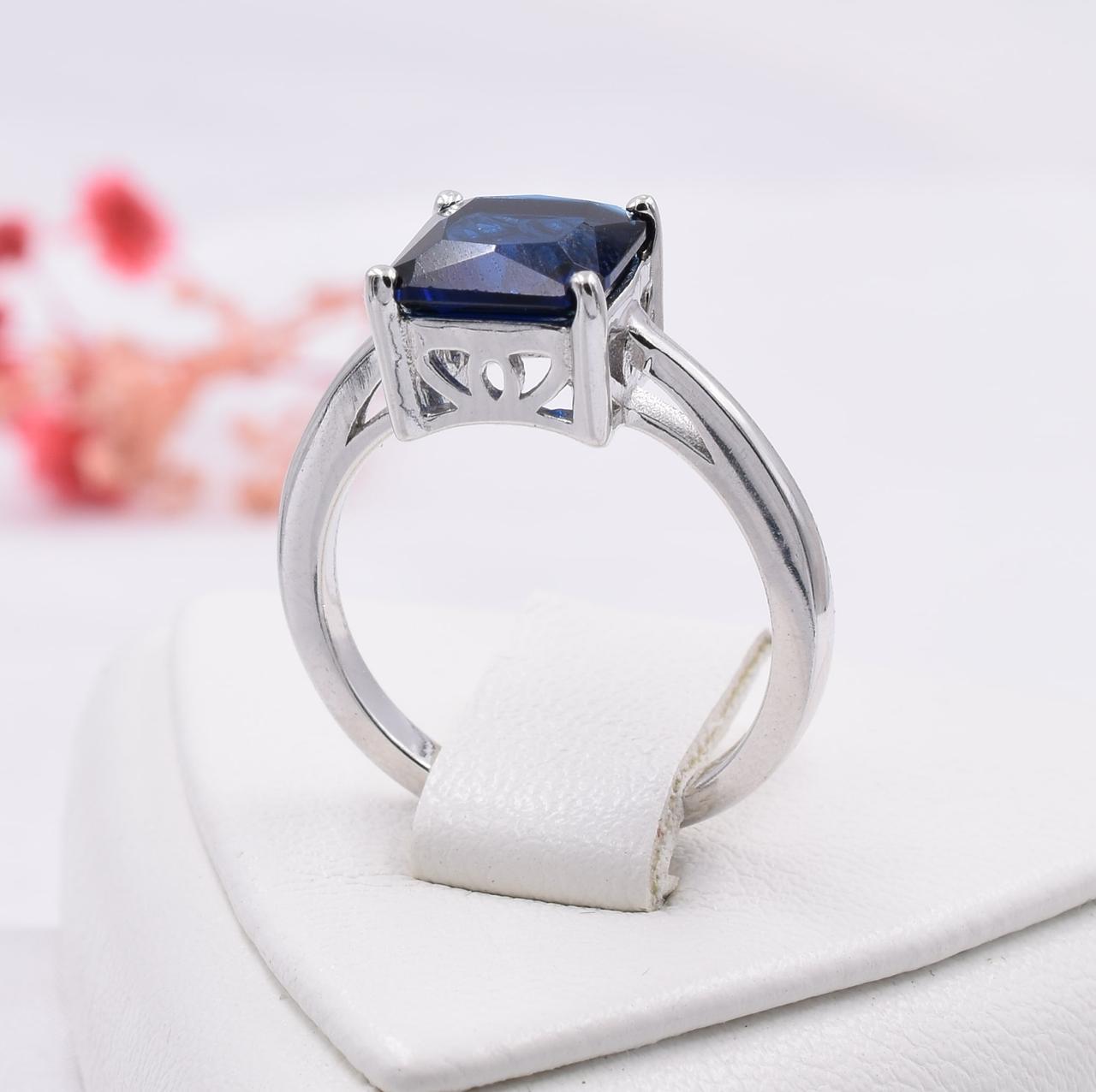 Серебряное кольцо размер 17 ширина 8 мм вставка синие фианиты вес 3.7 г