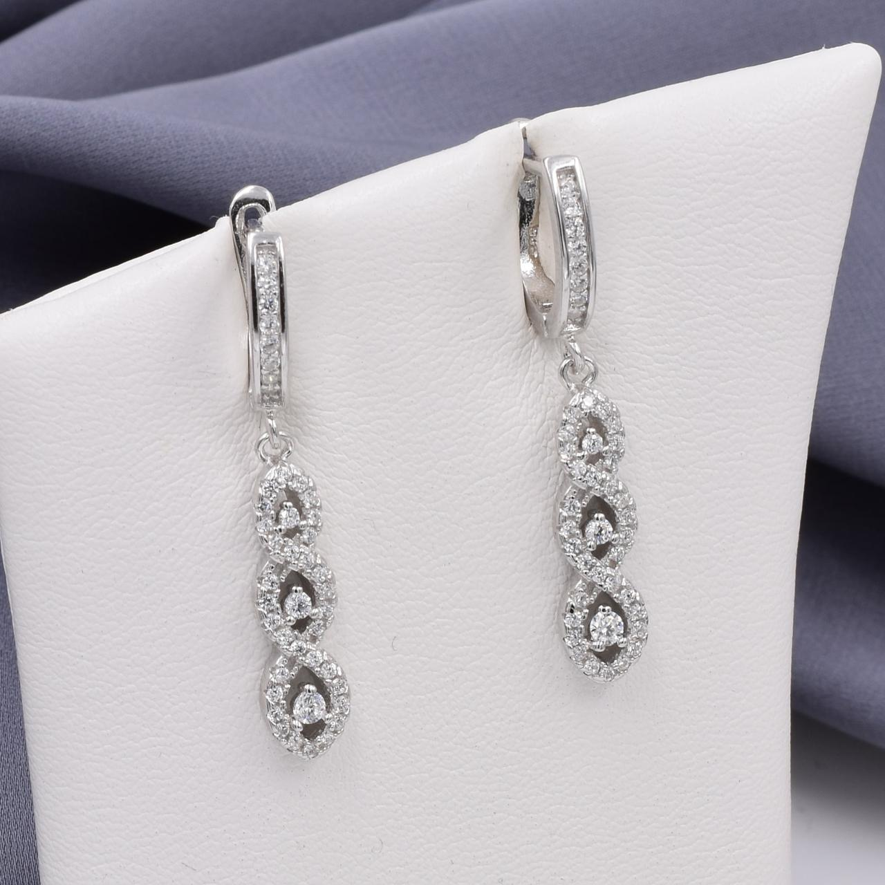 Серебряные серьги размер 35х6 мм вставка белые фианиты вес 5.9 г