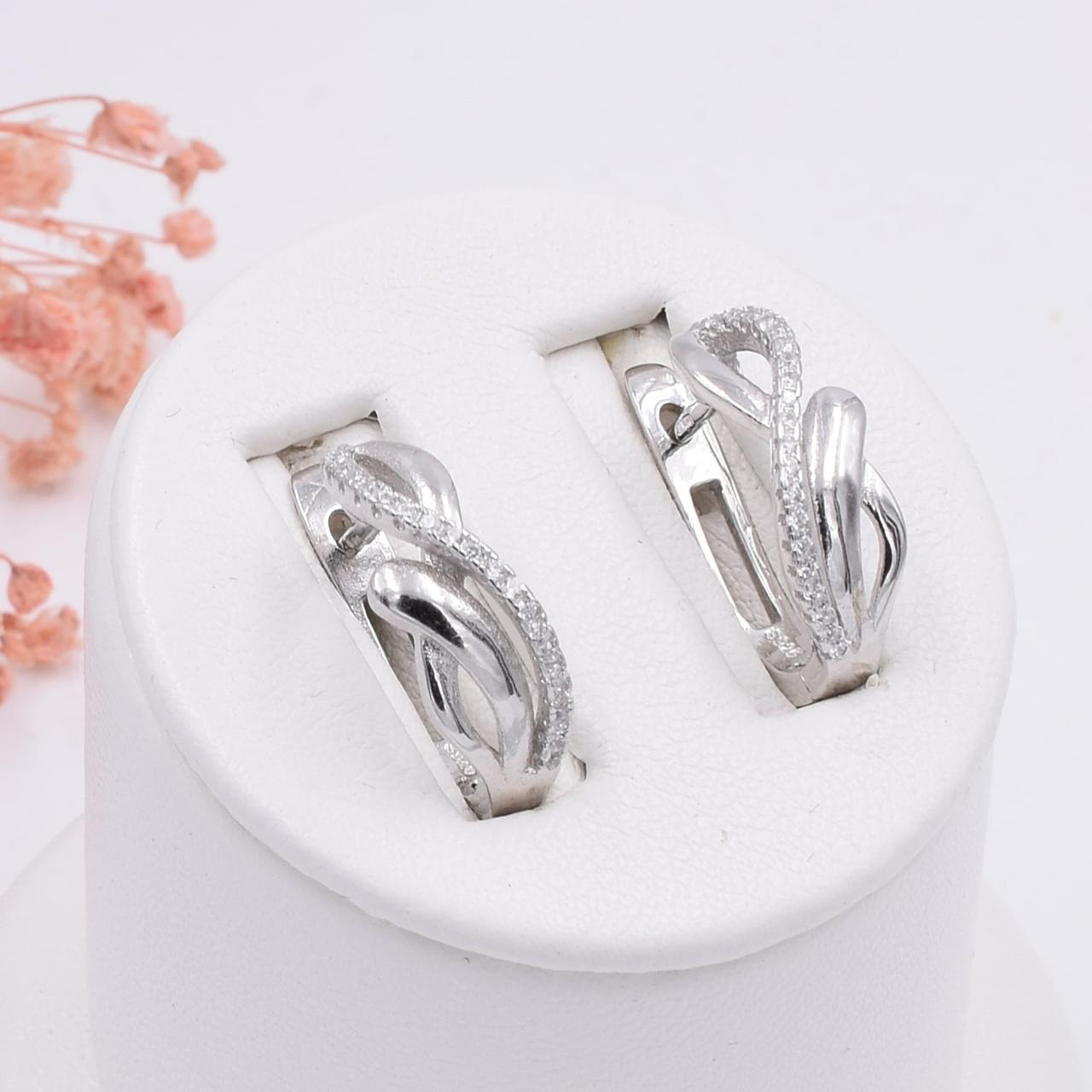 Серебряные серьги размер 18х6 мм вставка белые фианиты вес 3.8 г
