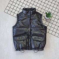 Женский стеганый утепленный жилет из эко-кожи на кнопках, фото 1