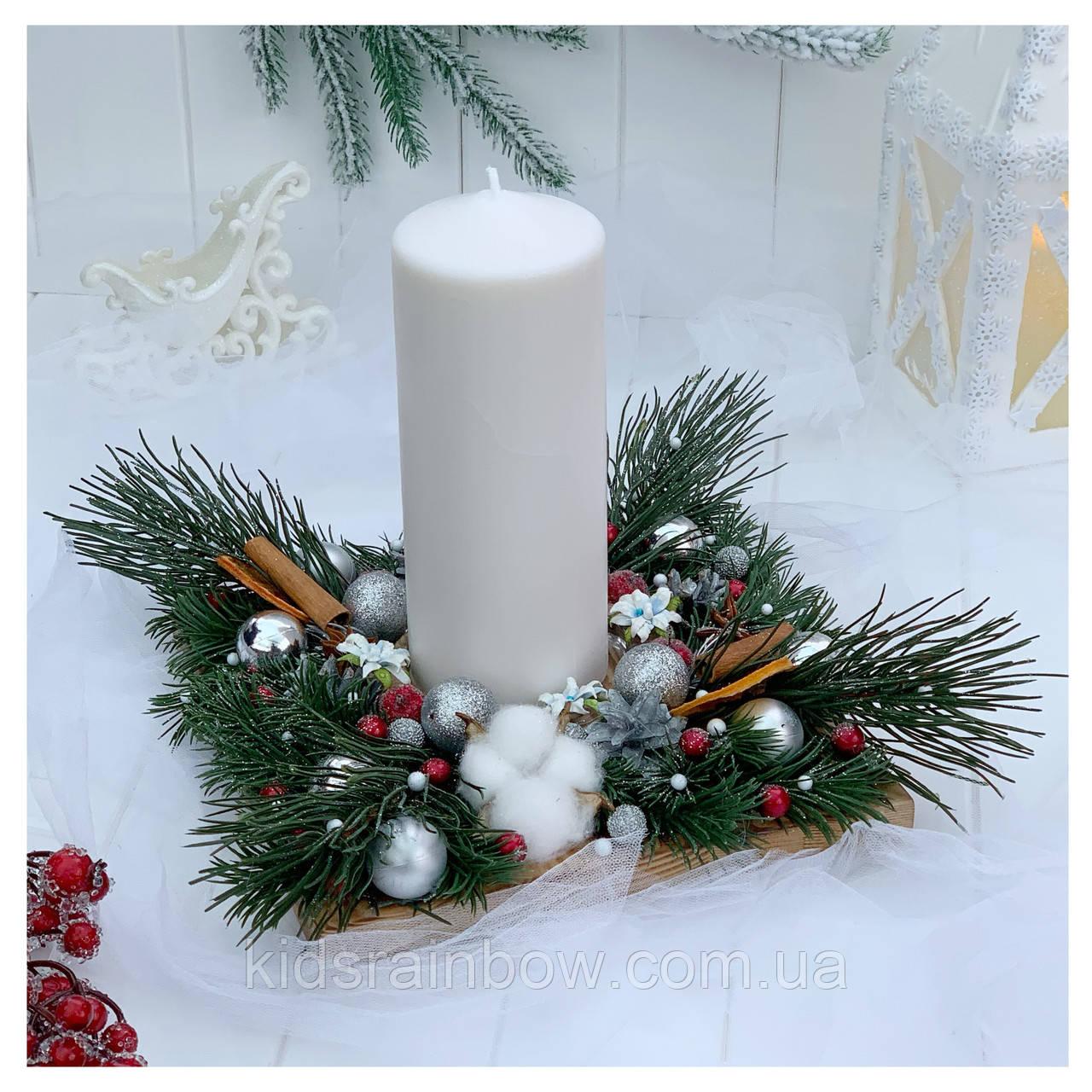 Рождественский подсвечник с большой белой свечой
