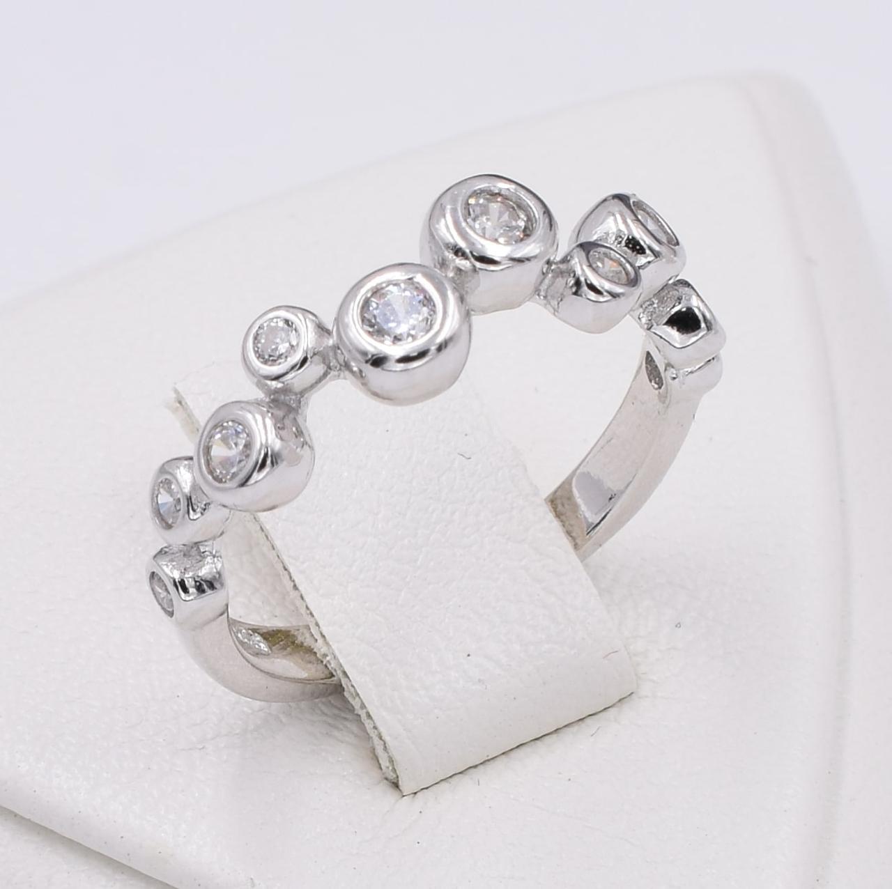 Серебряное кольцо размер 17 ширина 6 мм вставка белые фианиты вес 2.5 г